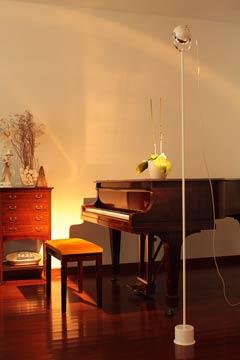 Boogie F grand lampadaire blanc et chromé 185cm. Luz Difusion.