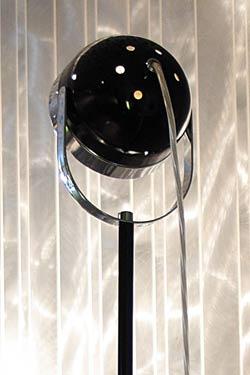 Boogie F grand lampadaire noir et chromé 185cm. Luz Difusion.