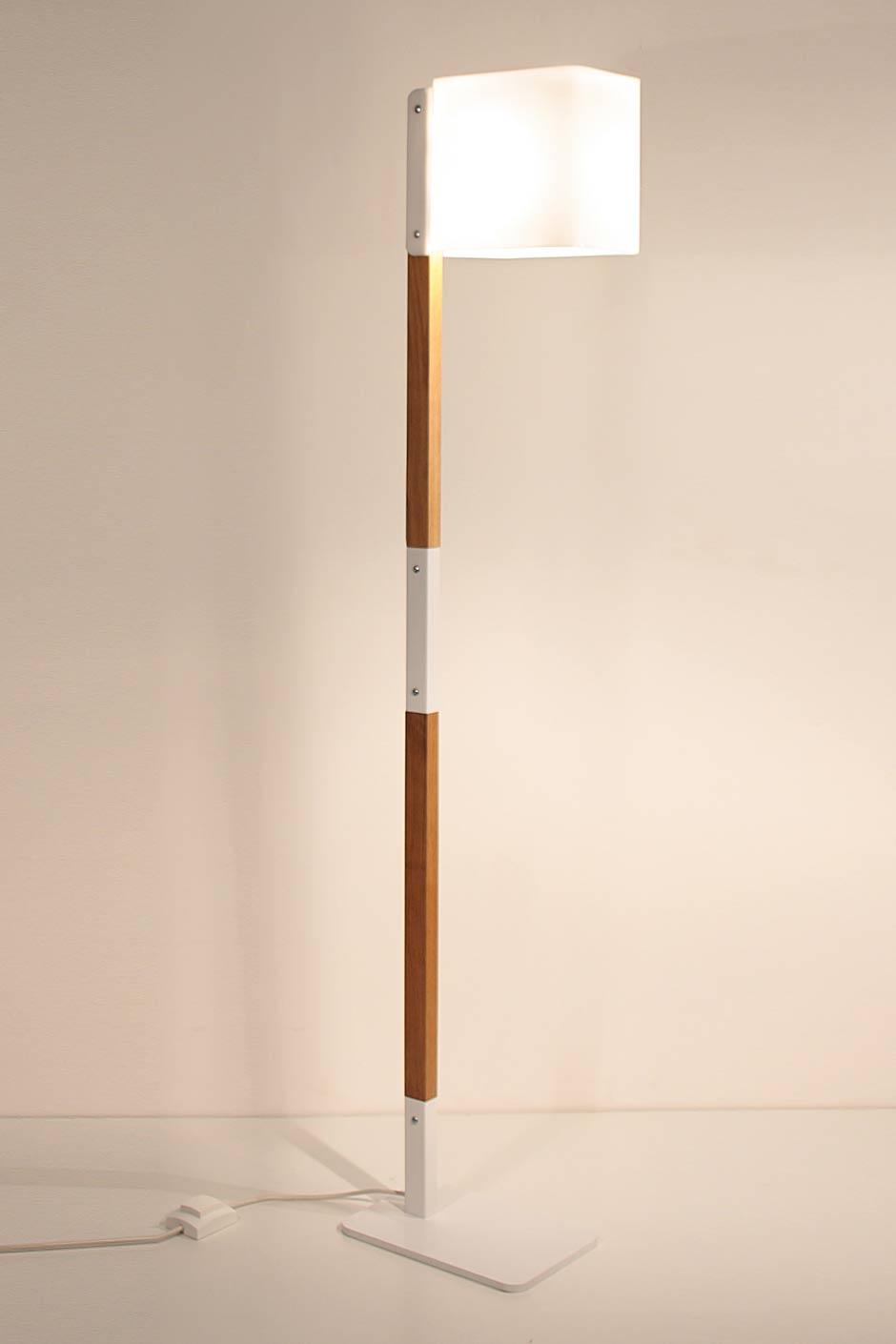 Lighthouse F lampadaire en chêne naturel et métal blanc. Luz Difusion.