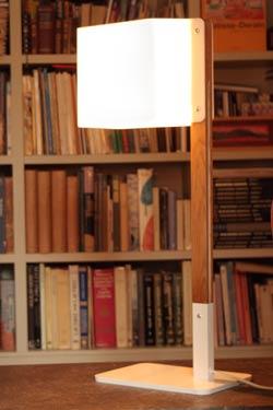 Lighthouse T lampe de table en chêne naturel et métal blanc. Luz Difusion.