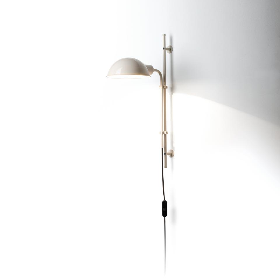 Applique blanche en métal style industriel Funiculi à réflecteur orientable 360°. Marset.
