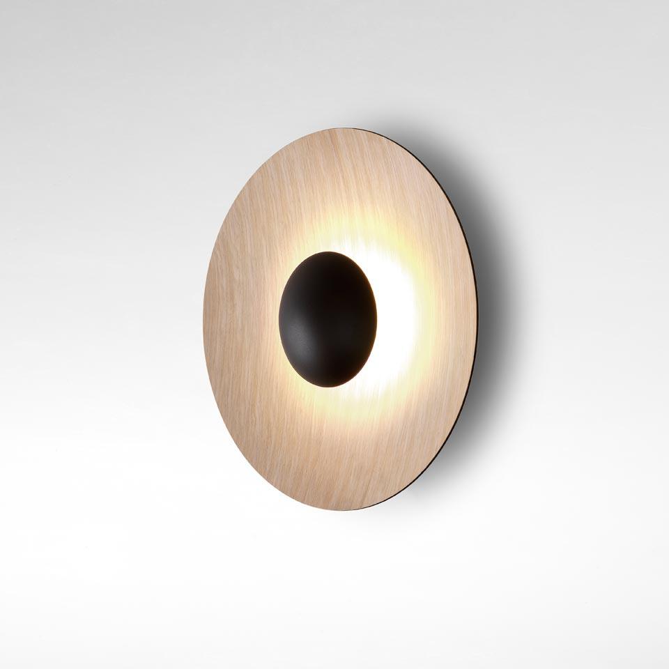 Applique moyen modèle en bois clair et métal noir Ginger. Marset.