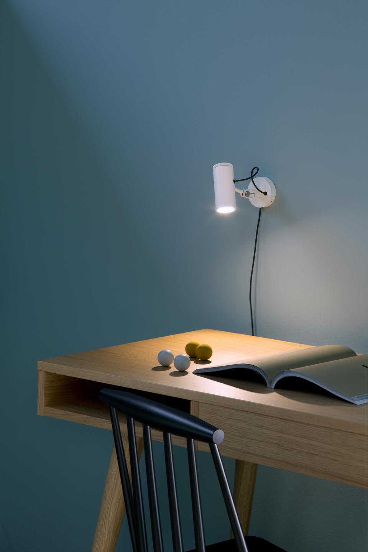 Applique murale blanche en aluminium Polo, tête orientable de haut en bas, éclairage LED. Marset.