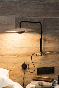 Applique murale Ginger, en bois clair et métal laqué noir mat, douce diffusion de lumière par  éclairage indirect et LED. Marset.