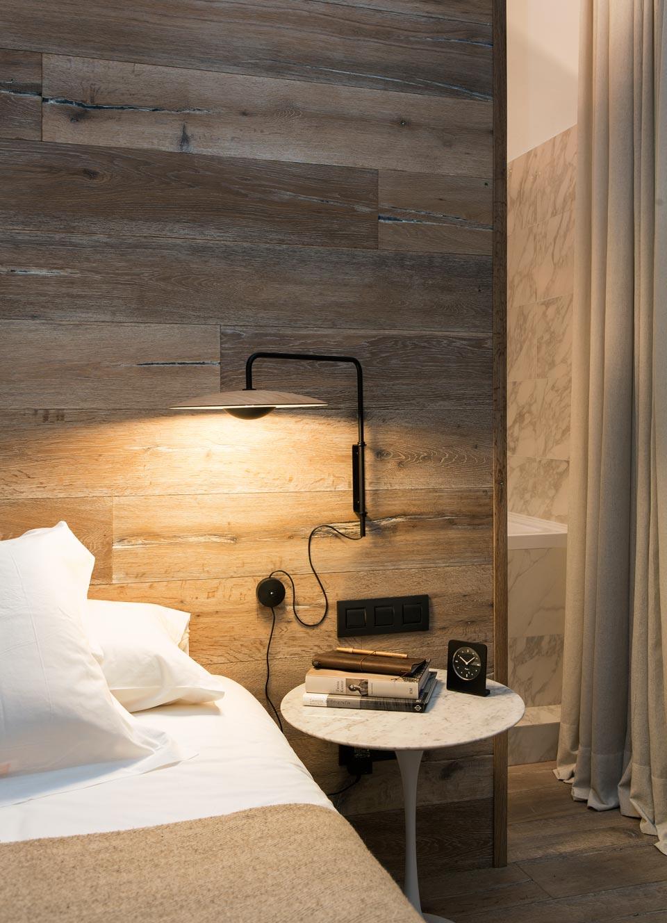 applique murale ginger en bois clair et m tal laqu noir mat douce diffusion de lumi re par. Black Bedroom Furniture Sets. Home Design Ideas