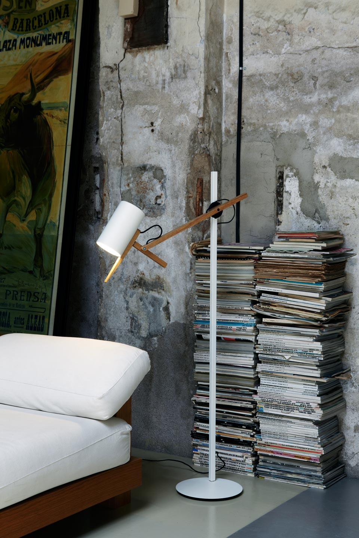 Lampadaire blanc en métal et bois massif, bras et tête orientable Scantling. Marset.