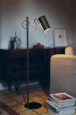 Lampadaire design en bois et métal noir Scantling. Marset.