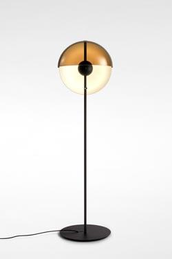 Lampadaire, éclairage LED  et abat-jour demi-coque  Theia en métal noir avec variateur de lumière. Marset.