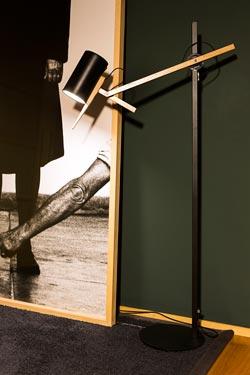 Lampadaire noir design en métal et bois Scantling. Marset.