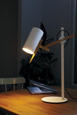 Lampe de bureau blanche et bois, design Scantling. Marset.