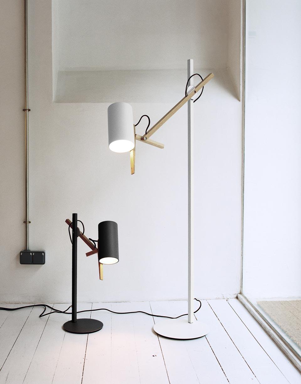 Lampe de bureau design noire et bois clair clairage LED tte