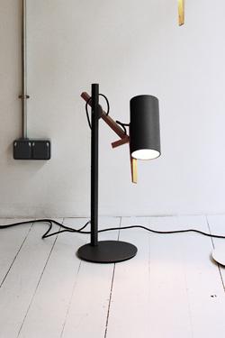 Lampe de bureau design noire et bois clair, éclairage LED, tête orientable. Marset.