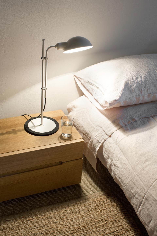 Lampe de bureau vintage blanche en métal Funiculi. Marset.