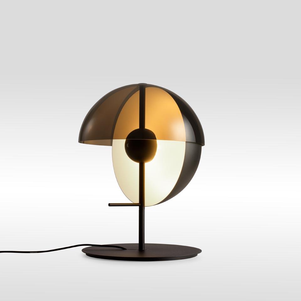 Lampe de table demi-sphère métal et méthacrylate fumé Theia noire. Marset.