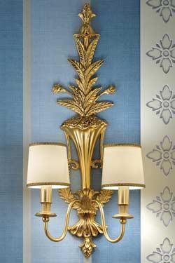 Applique double bronze doré motif feuilles abat-jour soie beige. Masiero.