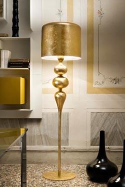 Grand lampadaire Eva en résine et polyuréthane doré. Masiero.