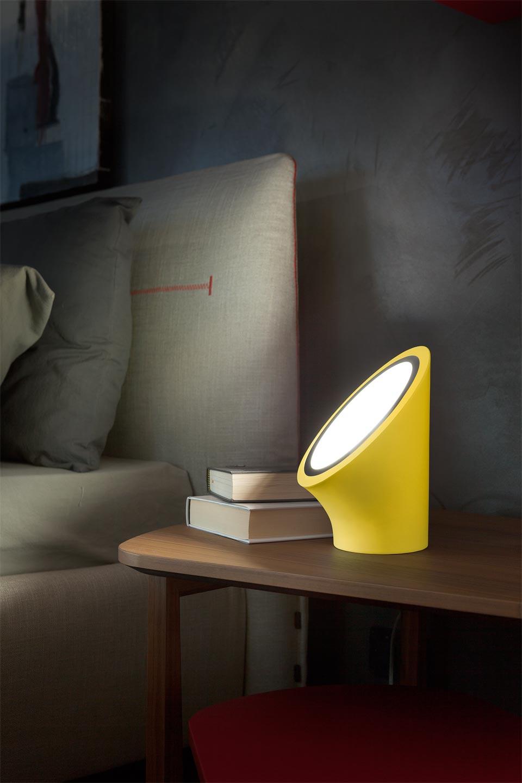 Lampe Mabell jaune en polyuréthane expansé diffuseur en méthacrylate chrome mat . Masiero.