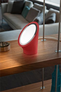 Lampe Mabell rouge en polyuréthane expansé . Masiero.