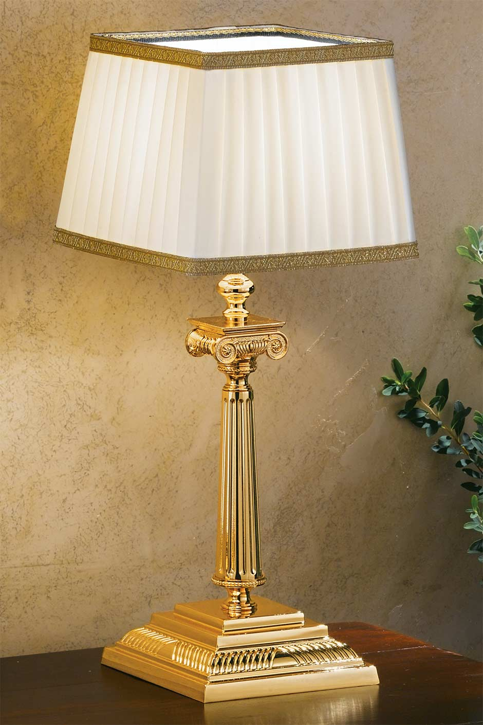 Petite lampe en bronze doré, abat jour blanc plissé galon doré