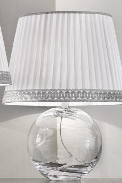 Petite lampe ronde en verre Murano transparent abat-jour taffetas de soie blanche plissée. Masiero.