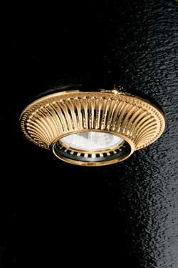Spot encastré doré fixe façade ronde décorée motif strié. Masiero.
