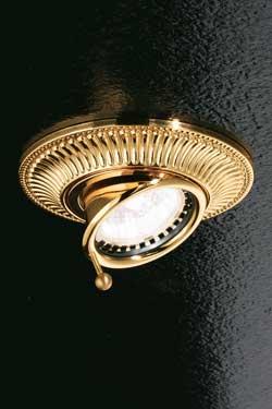 Spot encastré doré orientable façade ronde décorée motif strié. Masiero.