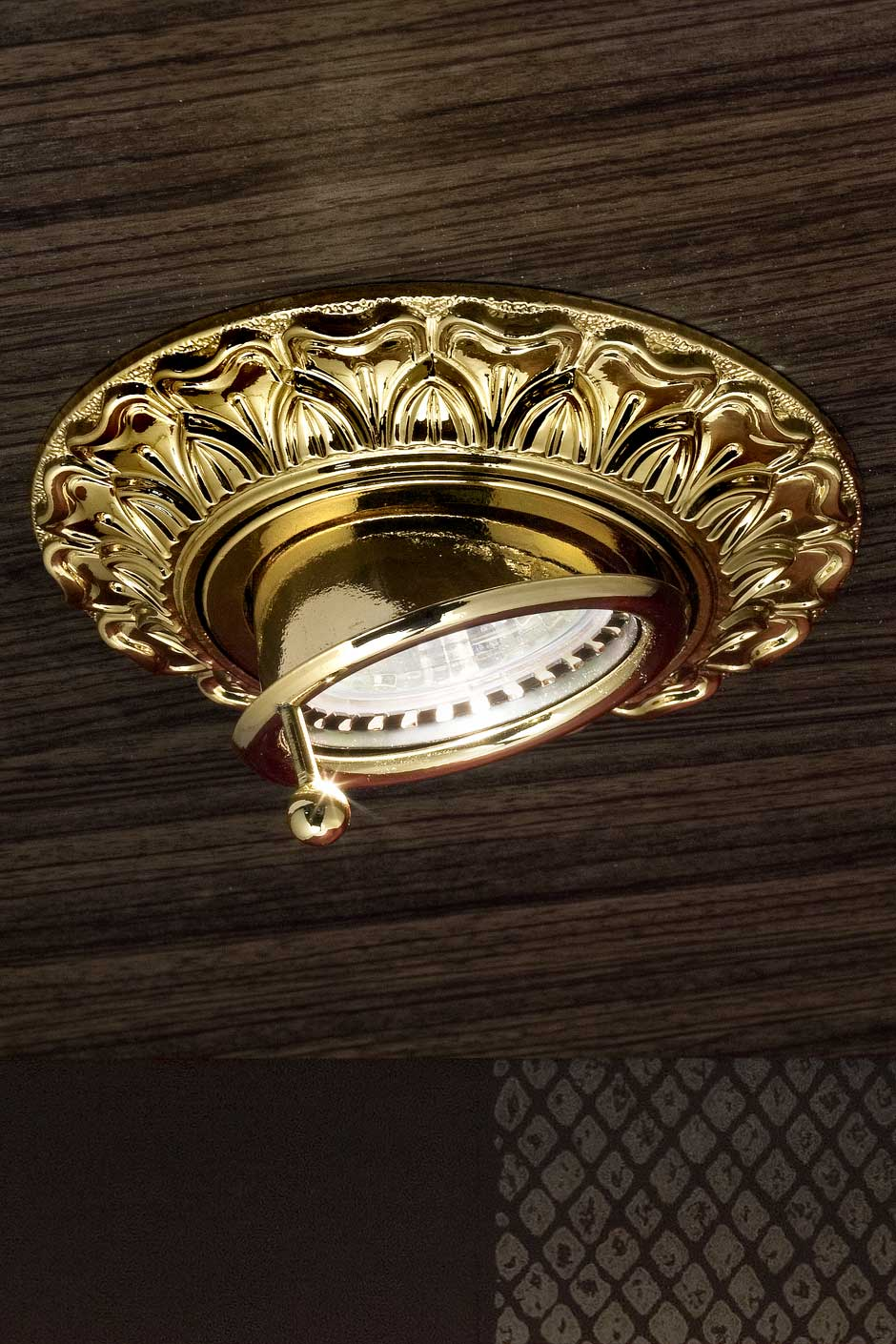 Adjustable round decorated gold-plated recessed spotlight. Masiero.