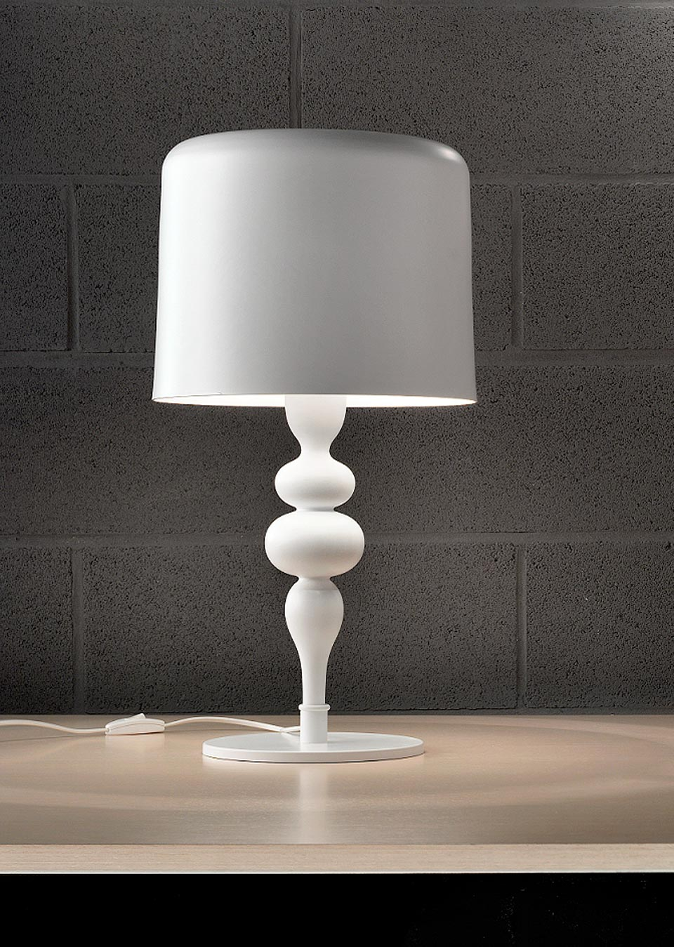 Large Eva table lamp in white lacquered resin and polyurethane. Masiero.