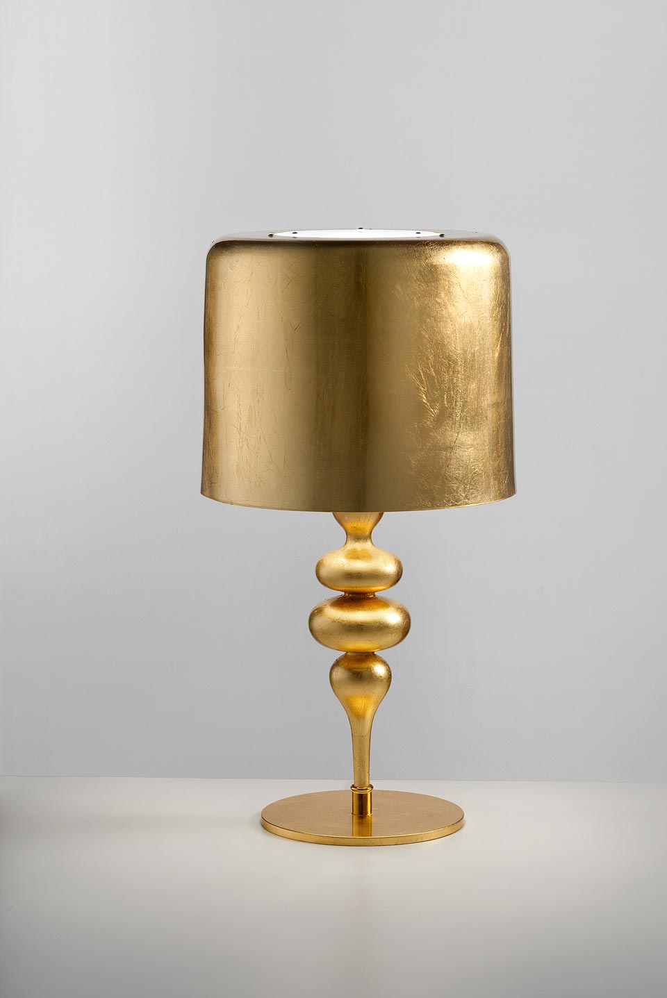 Eva table lamp in resin and golden polyurethane. Masiero.