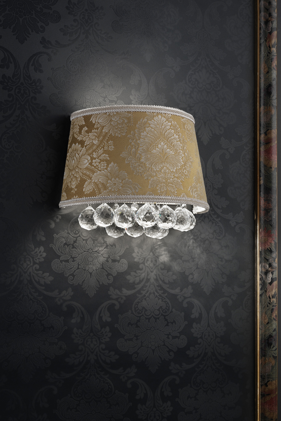 Floral damask wall lamp and crystal drops. Masiero.