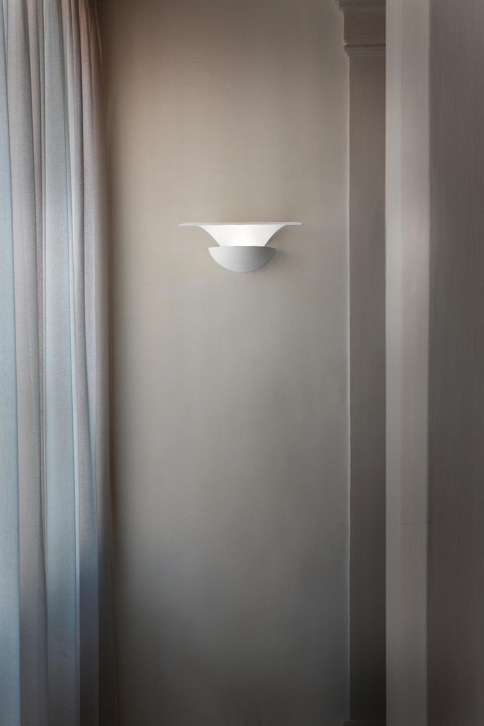 Lacquered white petal wall light in aluminium Blossomy. Masiero.