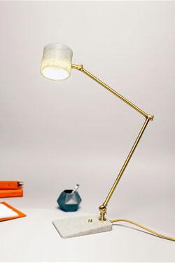Flamingo lampe de bureau en marbre blanc et laiton satiné. Matlight.