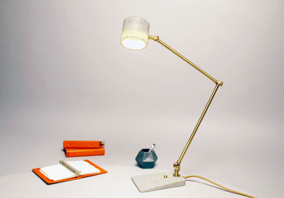 Flamingo lampe de bureau en marbre blanc et laiton satiné