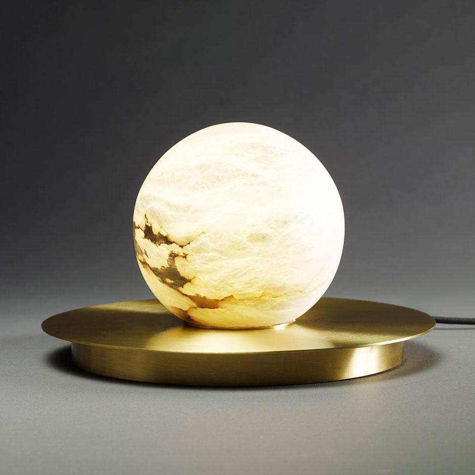 Lampe de table boule de marbre blanc Moons. Matlight.