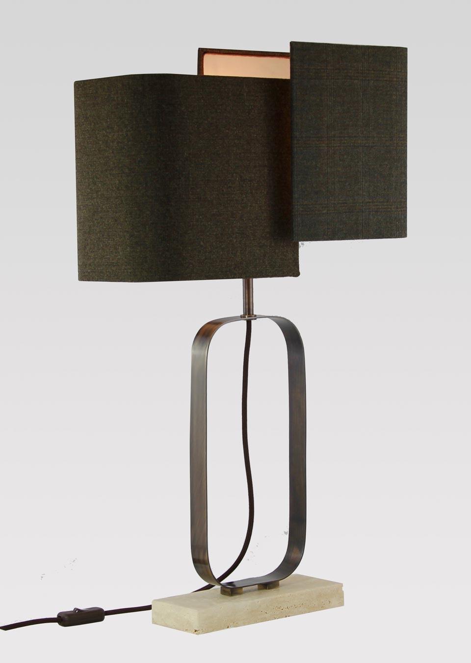 Lampe en marbre beige et laiton bruni. Matlight.