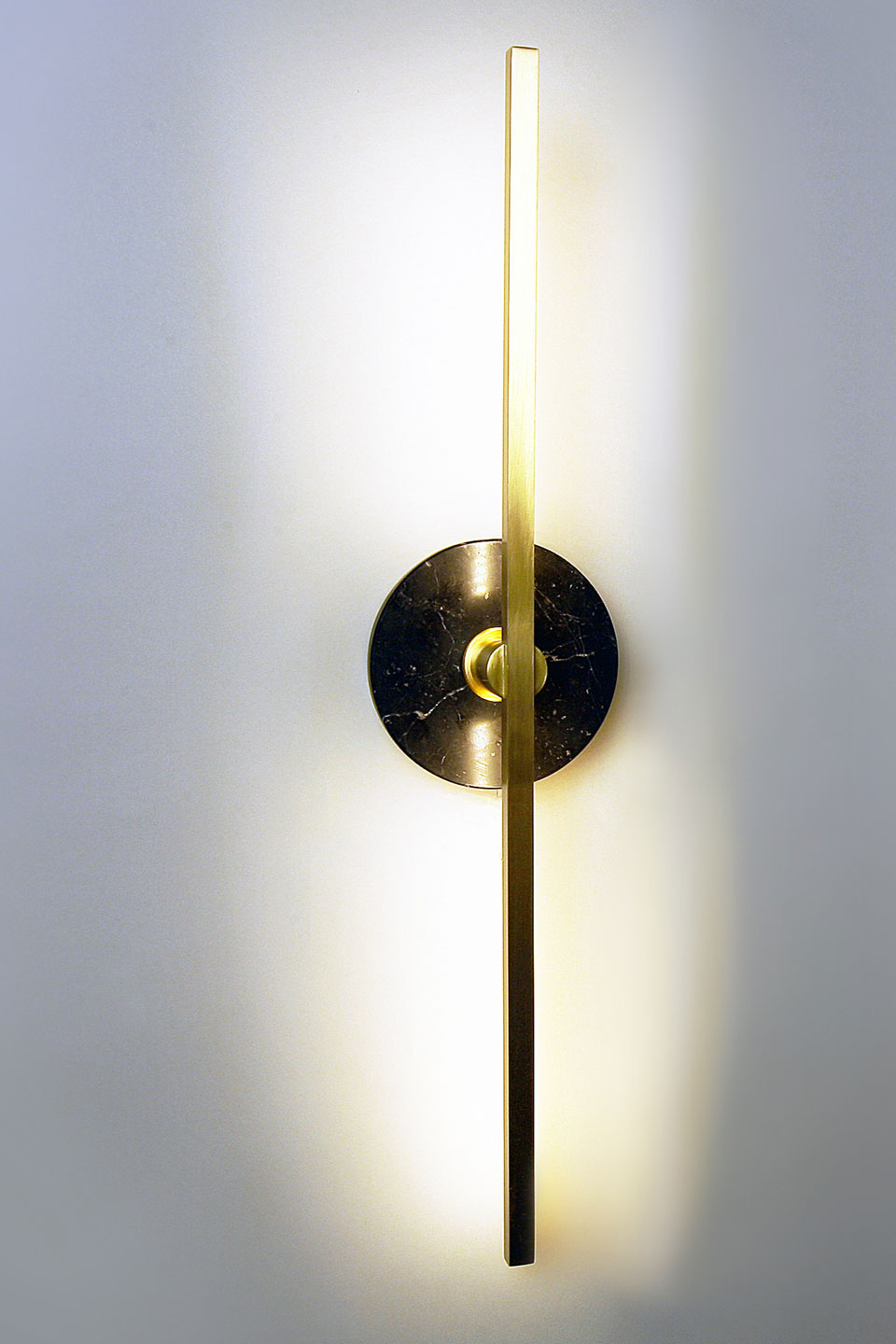 Essential golden and black marble wall lamp . Matlight.