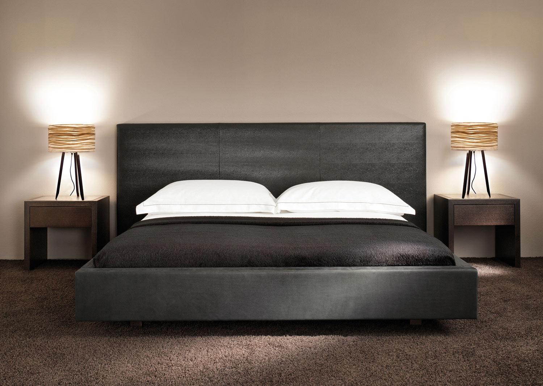 silence lampe avec abat jour dor et pieds noir par molto. Black Bedroom Furniture Sets. Home Design Ideas