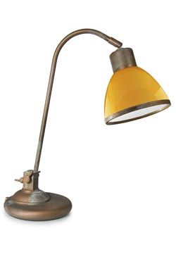 Lampe de bureau en laiton vieilli et verre opale jaune. Moretti Luce.