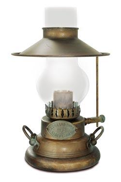 Lampe à pétrole en laiton patiné. Moretti Luce.