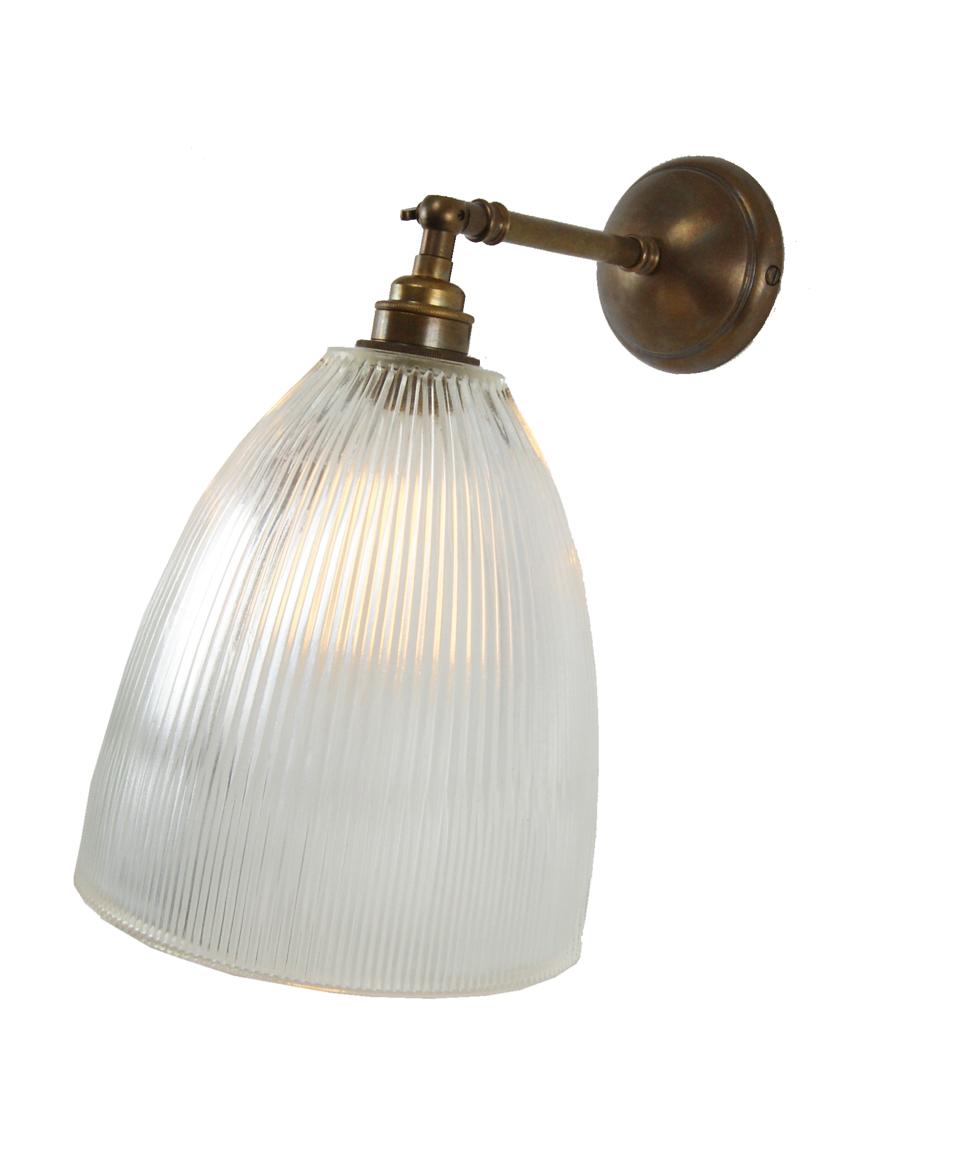 Applique en laiton antique et verre cannéle Hale. Mullan.