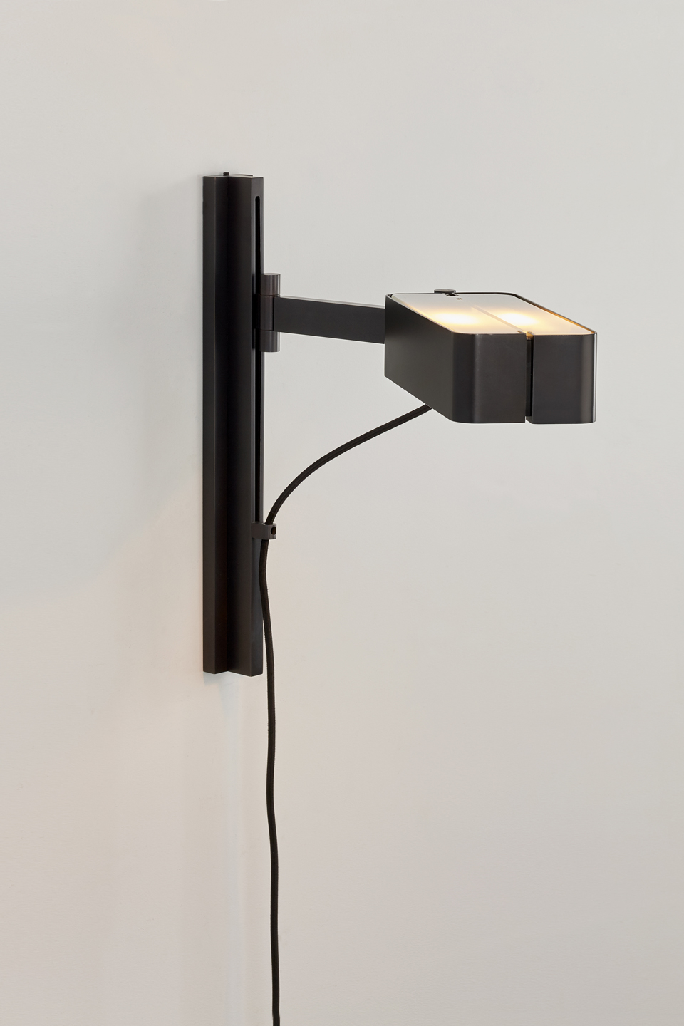 Butterfield bedside wall lamp in black patinated bronze. Nautic by Tekna.