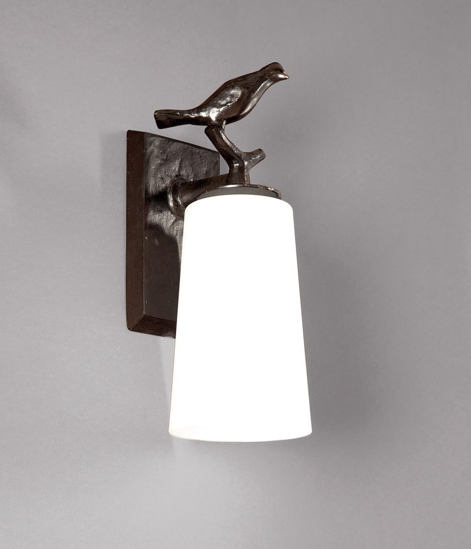 Applique de salle de bains oiseau sur une branche en bronze noir patiné. Objet insolite.