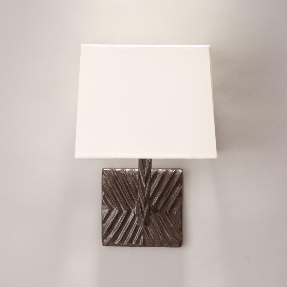 Applique décor géométrique en bronze noir patiné et abat-jour blanc Togo. Objet insolite.