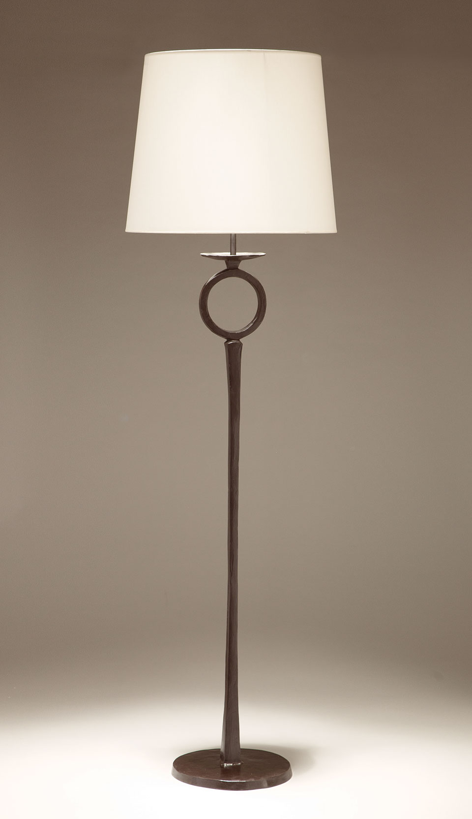 Floor lamp in solid bronze, ring on the foot Diego. Objet insolite.