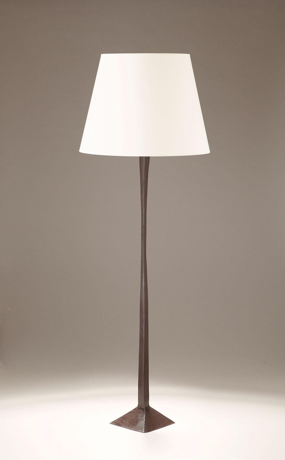 lampadaire en bronze patin noir et large abat jour blanc maya objet insolite luminaires en. Black Bedroom Furniture Sets. Home Design Ideas