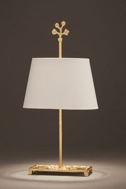 Lampe de table dorée en bronze massif, abat-jour ovale blanc Bagatelle. Objet insolite.