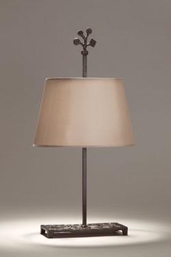 Lampe de table en bronze patine noir et abat-jour couleur seigle Bagatelle. Objet insolite.