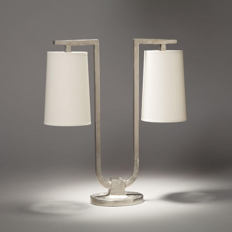 Lampe de table 2 lumières en bronze nickel satiné Gustave. Objet insolite.