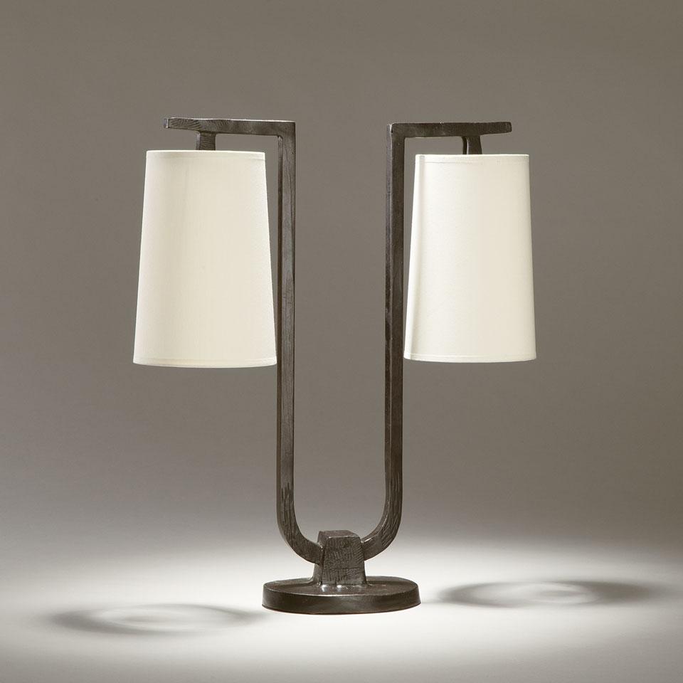 Lampe de table 2 lumières pied en U, en bronze massif Gustave. Objet insolite.
