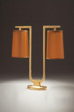 Lampe de table pied en U, 2 abat-jour en taffetas caramel Gustave. Objet insolite.